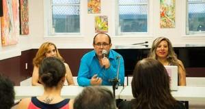 Erick Callalli, presentador del programa televisivo, con Liliana Herrera, productora ejecutiva, y Yeny Pajuelo, relacionista pública del programa, durante la rueda de prensa que tuvo lugar en William V. Musto Cultural Center en Union City.