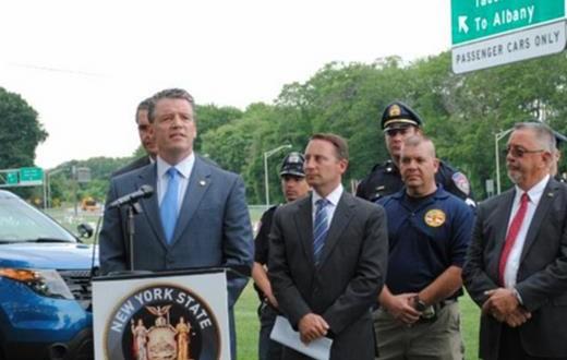 El senador estatal Terrence Murphy, junto a Rob Astorino, durante la conferencia de prensa para anunciar que patrullarán avenidas y carreteras locales para sancionar a choferes irresponsables.