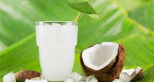 El agua de coco directamente de la fruta es mejor.