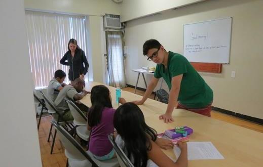 Tutores ayudan a los niños inmigrantes en UCCW en New Rochelle.