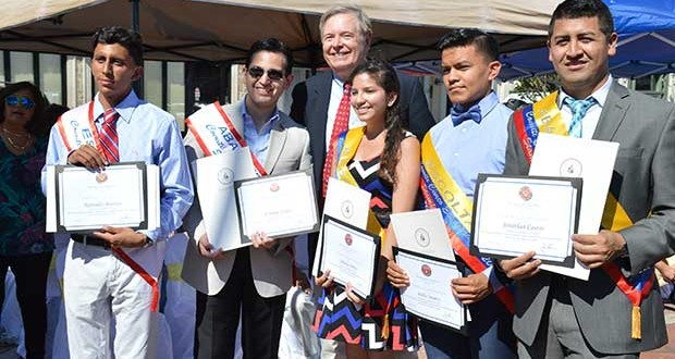 Los estudiantes ecuatorianos distinguidos con el alcalde de Stamford.