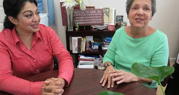 Hamra Ahmad, directora ejecutiva de Hudson Valley Justice Center, junto a Isabel Villar, directora ejecutiva del Centro Hispano Inc., anunciando el convenio entre ambas organizaciones para ofrecer servicios legales gratuitos a todos los inmigrantes.