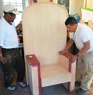Jornaleros del condado de Westchester, elaboran la silla en donde se sentará el sumo pontícice al llegar a Nueva York