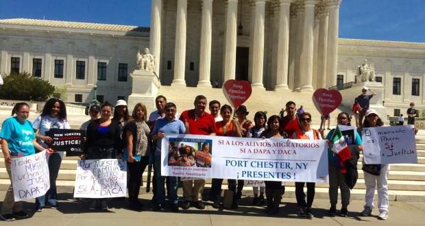 La delegación del área de Westchester, Orange y Stamford, frente a la Corte Suprema en Washington DC., con el Concejal Luis Marino y Luis Yumbla.