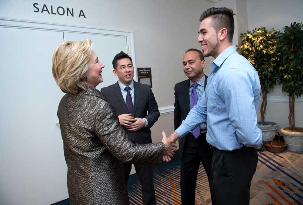 Miguel Villeda saludando a la entonces Secretaria de Estado, Hillary Clinton, en 2015, a quien le ofreció su testimonio, durante la Conferencia Nacional de Integración de los Inmigrantes.