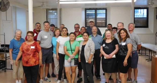 Organizadores, voluntarios y empleados de Caritas, listos para atender a la comunidad en el Almacen de Comida ubicado en su nueva dirección, en la Iglesia St. Peter's.