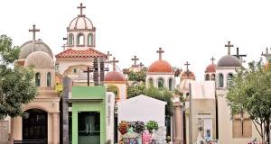 Mausoleos en un cementerio de Culiacán, México, en honor de jóvenes que han muerto en el estado de Sinaloa, conocido como cuna del narcotráfico en el país. Foto: Internet.