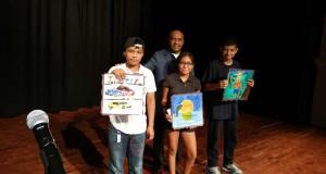 El fundador de ACDY, Wilson Terrero, con algunos niños ganadores del concurso.