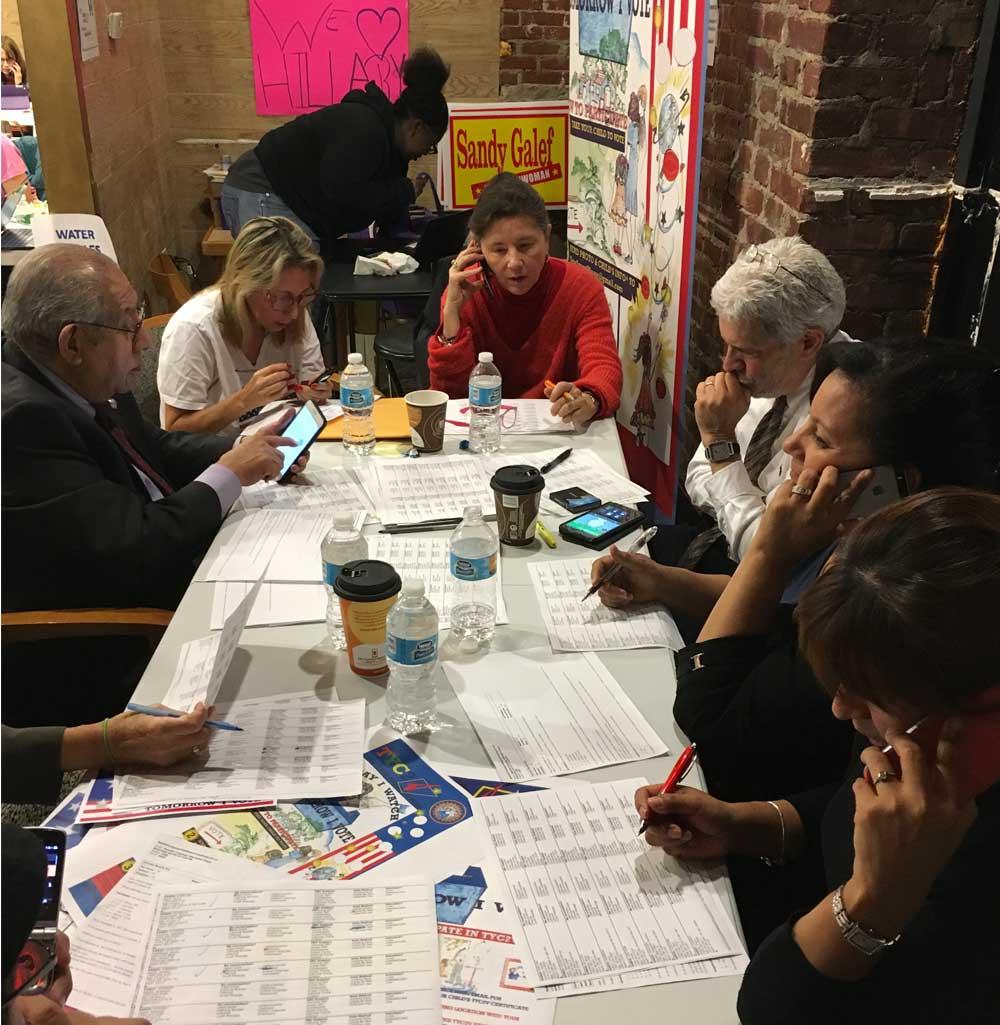 Robbin Bikkal, centro, junto a su equipo de Demócratas Hispanos de Westchester, haciendo llamadas a votantes de Florida.