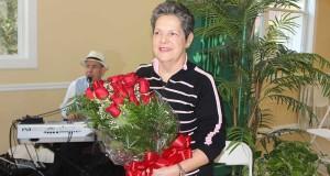 En la Foto Isabel Villar, con un ramo de flores recibido de sus amigos feligreses durante la ceremonia realizada recientemente en la iglesia.