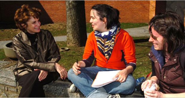 La presidenta de Sarah Lawrence, izq.-conversando con alumnas en el campus.