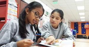 Estudiantes de Ecuador repasan lecciones en una Escuela del Milenio en Quito.