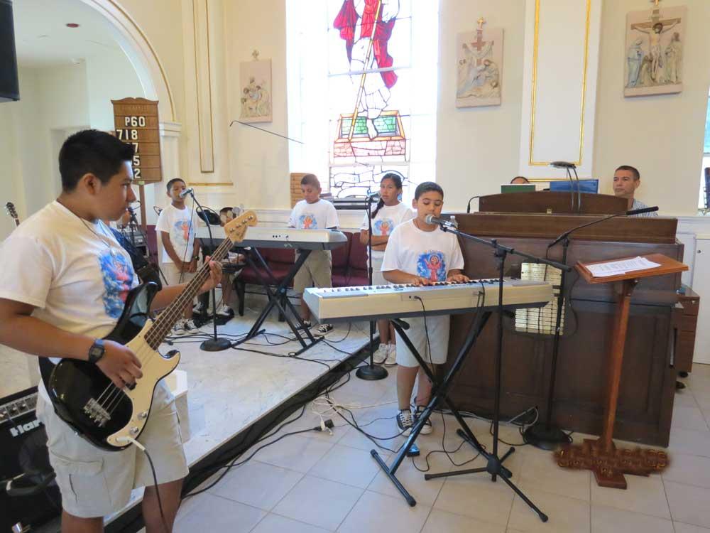 nino-divino-con-marco-musical-compuesta-por-ninos - Westchester Hispano